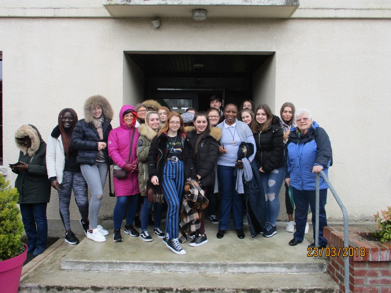 Les-etudiants-de-Liverpool-à-Cuvilly-avec-Soeur-Dorothee